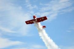 飞行表演-访客敬佩飞机 库存图片