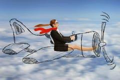 戴飞行被设计的飞机的围巾和眼镜的飞行员妇女 库存照片