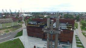 飞行过去在格但斯克造船厂,波兰, 07 2016年,空中英尺长度前面的三个十字架 影视素材