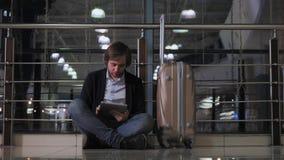 飞行运输、延迟,沮丧的人有他的行李和片剂的,头疼和红色眼睛的问题 股票视频
