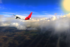 飞行通过云彩,黑白色,太阳,地球,难以置信地美好的背景光芒  库存照片