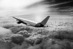 飞行通过云彩,从飞机看见的云彩,阳光,土壤背景黑色白色 免版税库存照片