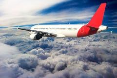飞行通过云彩,从飞机看见的云彩,阳光,土壤背景 库存照片
