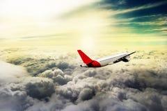 飞行通过云彩,从飞机看见的云彩,阳光,土壤背景 库存图片