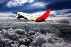 飞行通过云彩,从飞机看见的云彩,阳光,土壤背景 免版税库存照片
