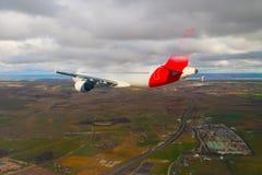 飞行通过云彩,从飞机看见的云彩,阳光,土壤背景 免版税图库摄影