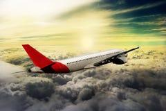 飞行通过云彩,从飞机看见的云彩,阳光,土壤背景 免版税库存图片
