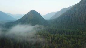 飞行通过在山上面上的云彩 高山美妙的早晨日出自然风景 从的射击 影视素材