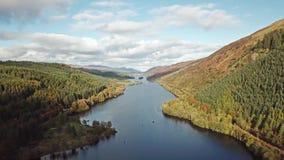 飞行通过在海湾Oich上的伟大的幽谷往苏格兰高地的奈斯湖-英国 股票录像