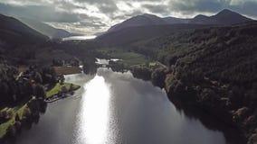 飞行通过在海湾Oich苏格兰高地的-英国上的伟大的幽谷 股票视频