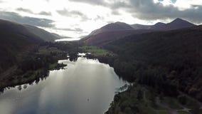 飞行通过在海湾Oich苏格兰高地的-英国上的伟大的幽谷 影视素材