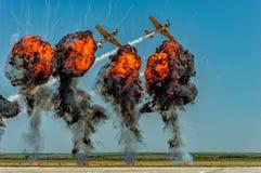 飞行通过烟的杂技飞机 免版税库存照片
