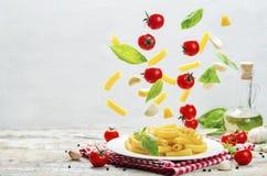 飞行面团用蕃茄;大蒜;乳酪和蓬蒿 免版税图库摄影