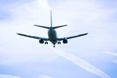 飞行顶上的特写镜头的喷气机飞机 免版税库存图片