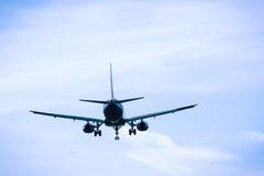 飞行顶上的特写镜头的喷气机飞机 库存照片