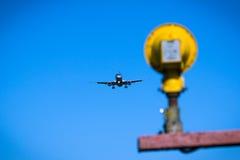 飞行顶上的特写镜头的喷气机飞机 图库摄影