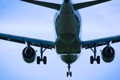 飞行顶上的特写镜头的喷气机飞机 库存图片