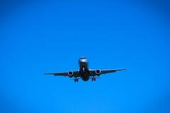 飞行顶上的特写镜头的喷气机飞机 免版税图库摄影