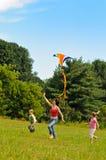 飞行风筝妇女年轻人的子项 库存照片