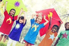 飞行风筝嬉戏的友谊概念的孩子 库存照片