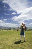 飞行风筝的一个女孩我 库存照片