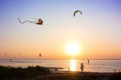 飞行风筝的女孩 库存图片