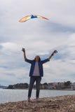 飞行风筝的妇女 免版税库存图片