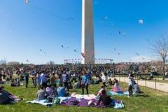 飞行风筝的成人和孩子大人群在全国购物中心的风筝节日 库存照片
