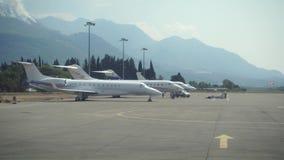 飞行飞机准备 旅行航空 在黑山的飞行 股票视频