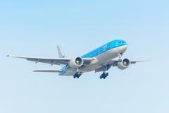 飞行飞机KLM荷兰皇家航空公司PH-BQM亚洲波音777-200在斯希普霍尔机场登陆 免版税库存图片