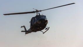 飞行飞行前面在snaw视图的直升机山 在蓝天的飞行 图库摄影