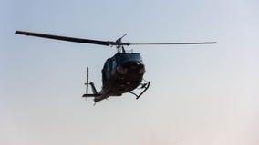飞行飞行前面在snaw视图的直升机山 库存照片