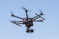 飞行高在天空的寄生虫 免版税库存图片