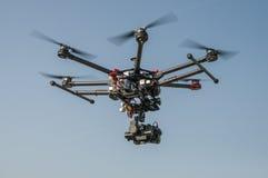 飞行高在天空的寄生虫 免版税库存照片