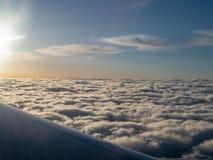 飞行高在stratocumulus上的飞机早晨s覆盖 库存照片
