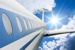 飞行高天空的班机 免版税库存照片