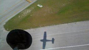 飞行高并且被阴影跟随 免版税库存照片