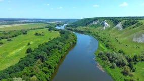 飞行鸟瞰图在河唐,绿色象草的岩石白垩小山的 影视素材