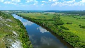 飞行鸟瞰图在绿色象草的岩石白垩小山、山和河的 影视素材
