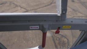 从飞行直升机窗口的看法  里面照相机 陆运 晴朗的日 风景 股票视频
