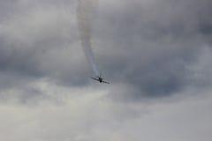 飞行直接在您的战斗机 免版税库存图片