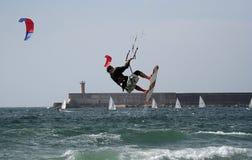 飞行kitesurfer 库存照片