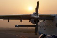 飞行lukla对等待的尼泊尔飞机 免版税库存图片