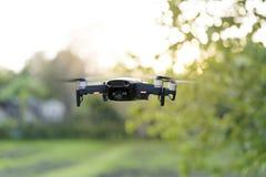 飞行quadrocopter,与照相机的遥控寄生虫 库存图片