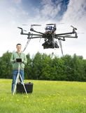 飞行UAV直升机的人在公园 免版税库存照片