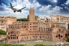 飞越皇家论坛的飞机在罗马 免版税库存照片