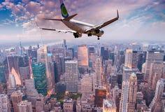 飞越纽约地平线的航空器 免版税库存照片