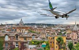 飞越罗马地平线的飞机 库存照片