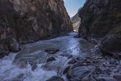 飞跃云南风景的老虎峡谷 库存图片