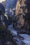 飞跃云南风景的老虎峡谷 库存照片